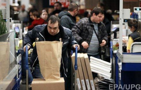 Украинцы скупают подорожавшие товары