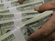 Украинцы покупают доллары, чтобы отдать долги и поехать за границу