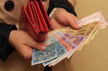 Украинцы обеднели за год на четверть: на что уходят зарплаты (инфографика)