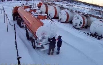 В России рабочие взорвали бензовоз, пытаясь отогреть его горелкой (видео)