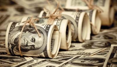 Курс доллара стабилизировался в начале недели, рубль падает