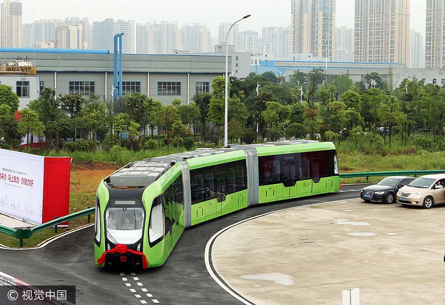 В Китае создали поезд, который вместо рельс использует дорожную разметку (видео)