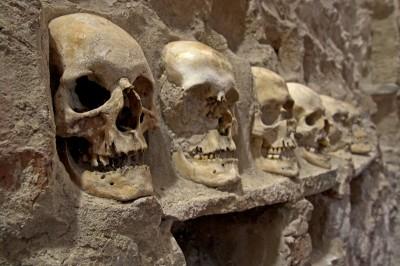 Археологи обнаружили под центром Мехико огромную башню из черепов и скелетов