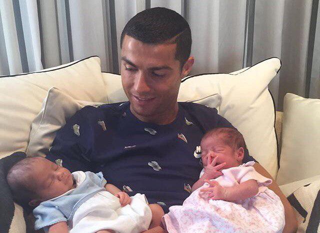 Криштиану Роналду выложил первое фото с новорожденными близнецами