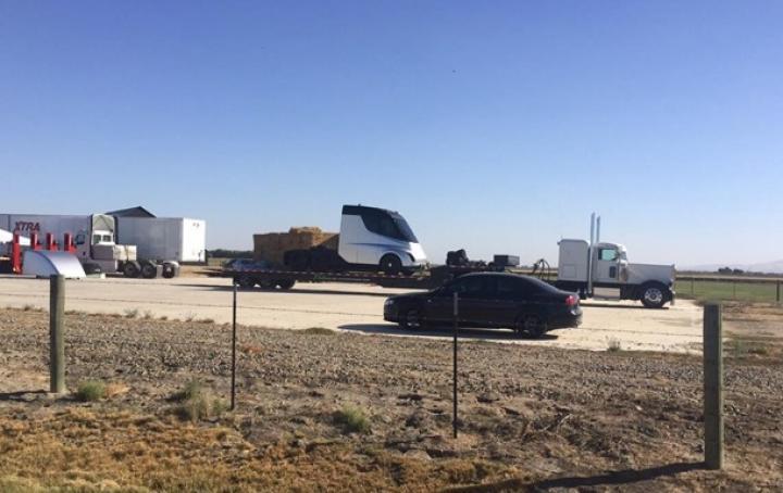На дорогах видели беспилотный грузовик Tesla (фото)