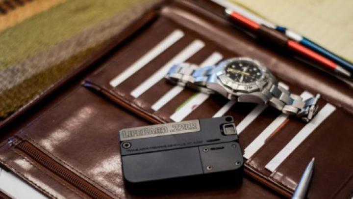 Полиция Италии сообщила о появлении на рынке пистолета размером с кредитку (фото)