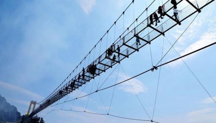 Китайцы открыли самый высокий в стране стеклянный мост (фото)