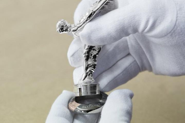 Rolls-Roycе выпустит 35 кроссоверов, украшенных серебром