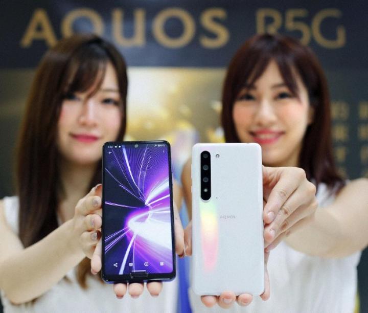 Sharp представила новый флагманский смартфон с поддержкой 5G (фото)
