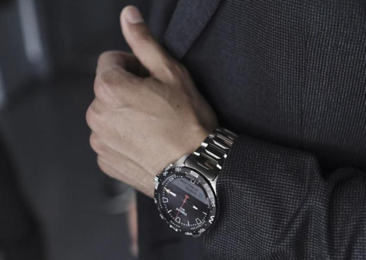 Swatch выпустила умные часы на солнечной батарее (фото, видео)