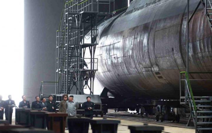 В Северной Корее построили новую ракетную субмарину (фото)