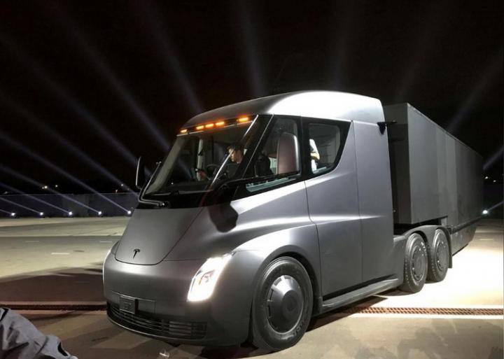 Электрический тягач Tesla Semi готов к массовому производству - Маск (фото)