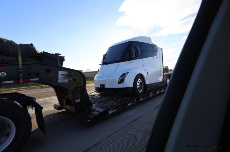 Новый прототип беспилотного электрогрузовика Tesla Semi (фото)